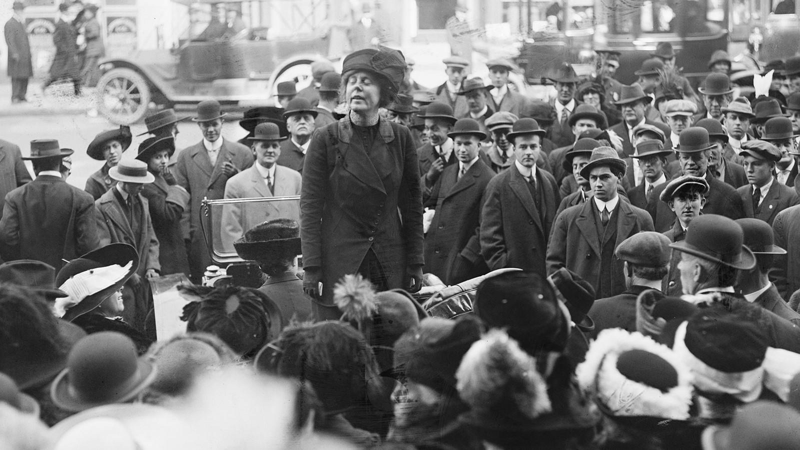 Lucy Burns speaking on behalf of women's suffrage in 1915 LOC